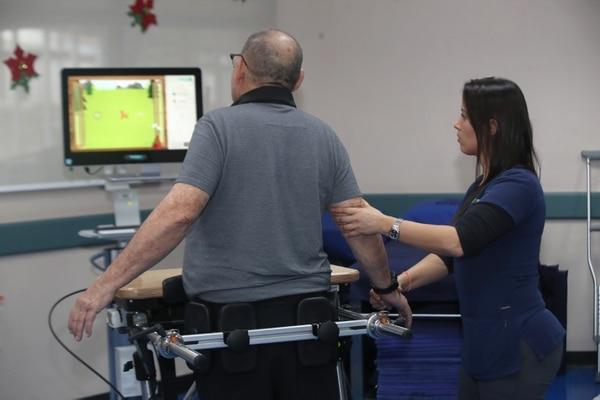 Sesión de terapia física el 12 de diciembre anterior en el Hospital del Trauma, en La Uruca ,con equipos robóticos para atacar la rigidez de extremidades y lograr recuperación en menor tiempo. Este tipo de sesiones junto a otras más serán reprogramadas. Fotografía: John Durán.