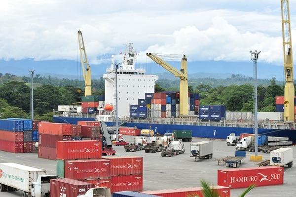 Por el puerto limonenese de Moín se mueve el 80% de la carga de exportación e importación del país.   ARCHIVO.
