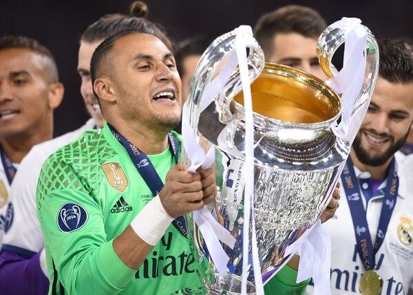 Keylor Navas con el trofeo de la UEFA Champions League