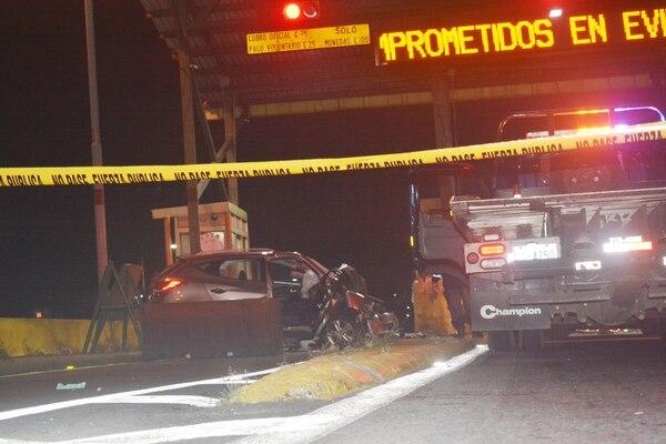 El accidente generó que dos de los carriles de la autopista General Cañas permanecieran cerrados. Foto Shirley Vásquez