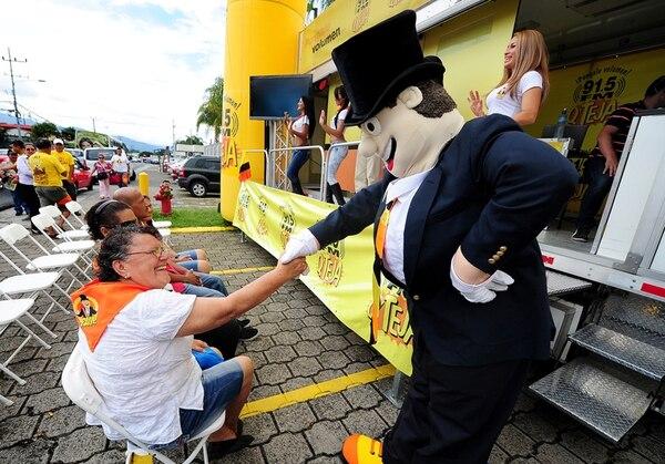 Lanzamiento. Armando Broncas saludó a María Eugenia Valverde Montero, una de las asistentes a la presentación de la campaña. Melissa Fernández.