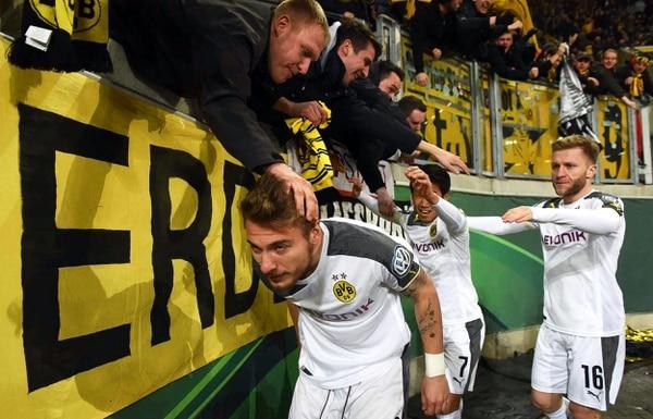Ciro Immobile (izquierda), jugador del Borussia Dortmund celebra su gol durante un partido de la Copa Alemana ante el Dynamo Dresde.