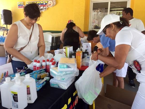 En un restaurante de Miami, voluntarios venezolanos alistaban paquetes con productos de primera necesidad para enviarlos a sus compatriotas.