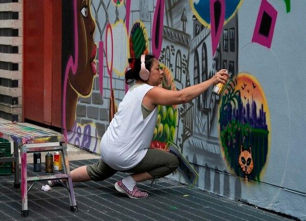 Lady Pink es una de las pocas mujeres en una de las poquísimas mujeres que trabajan en el grafiti, un submundo mayoritariamente masculino. Foto: Don Emmert/AFP.