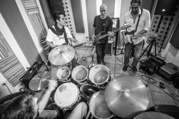 El cantante Pedro Capmany preparó un concierto especial para rendir homenaje a José Capmany en colaboración con los músicos de la banda Café con Leche. Foto: Cortesía