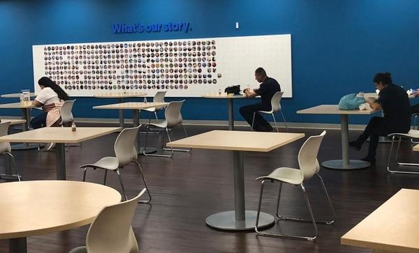 En los comedores de Intel se disminuyeron la cantidad de mesas y sillas. Ahora, se permite comer solo una persona por mesa y todas las sillas 'ven' hacia la misma dirección. Fotografía: Cortesía.