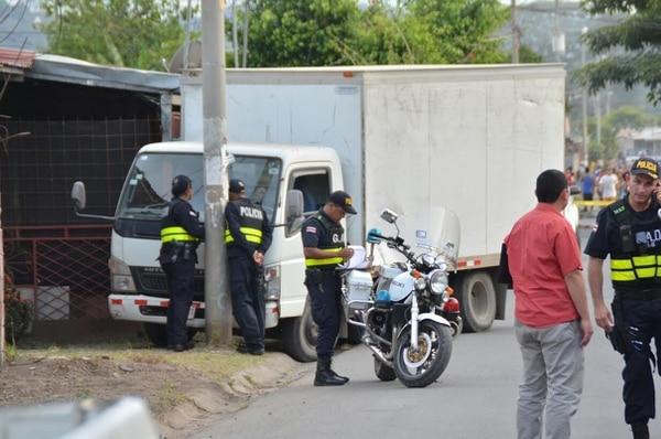 El Mitsubishi se detuvo al colisionar contra un poste. El conductor quedó en la cabina y cuando la Cruz Roja llegó lo declaró fallecido.
