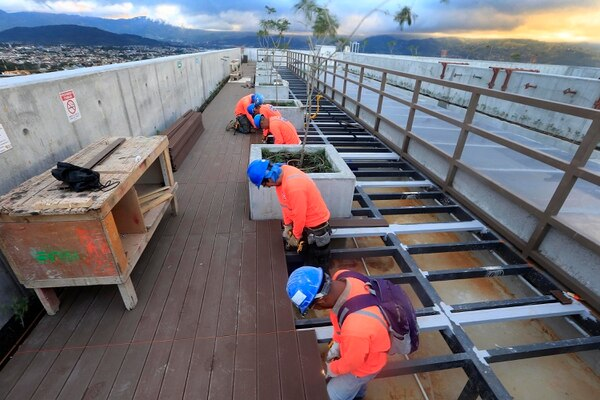 26 de noviembre del 2019. En la azotea se trabaja en la colocación del piso y ya se ven los arbolitos que aportarán el toque natural en lo más alto del inmueble. Foto: Rafael Pacheco