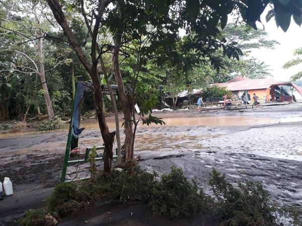 La comunidad de playa Azul, en Tárcoles, Garabito, es una de las localidades puntarenenses donde las aguas ya empezaron a bajar tras el paso de la tormenta tropical Nate.