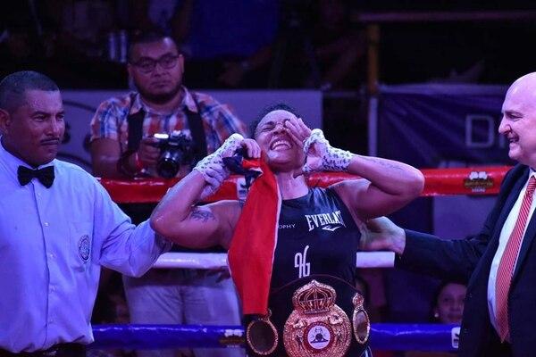 Hanna Gabriel celebró con júbilo la victoria ante la australiana Sarah Dwyer, tras retener su cetro mundial de la AMB en Managua, Nicaragua. Fotografía: Boxeo Nicaragua