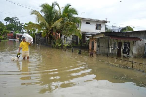 Fuertes lluvias causaron inundaciones y desbordamiento de ríos en Pococí y Guácimo, Limón, este domingo.