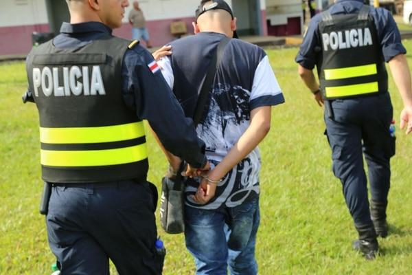 11/01/2018 Los oficiales de la Fuerza Pública detuvieron a tres hombres con drogas en el tope de Palmares. Foto: MSP.