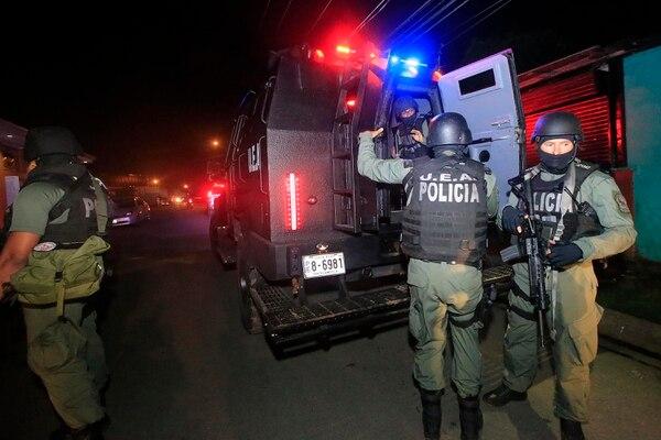 Oficiales del Grupo Táctico junto al vehículo policial blindado, un Ford Némesis, el cual fue donado por Estados Unidos. Foto: Rafael Pacheco