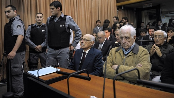 Los generales Jorge Rafael Videla (izquierda) y Reynaldo Bignone, ambos condenados por graves violaciones a los derechos humanos.