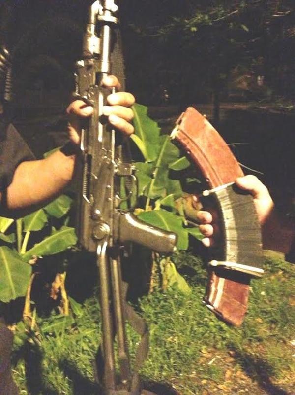 La Policía investiga las intenciones del sujeto detenido con este fusil y municiones. El hombre tenía antecedentes policiales.