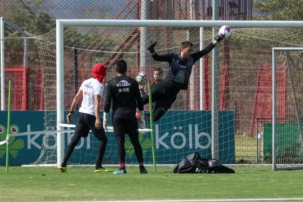 Mauricio Vargas vuela para desviar un remate. Fotografía: José Cordero