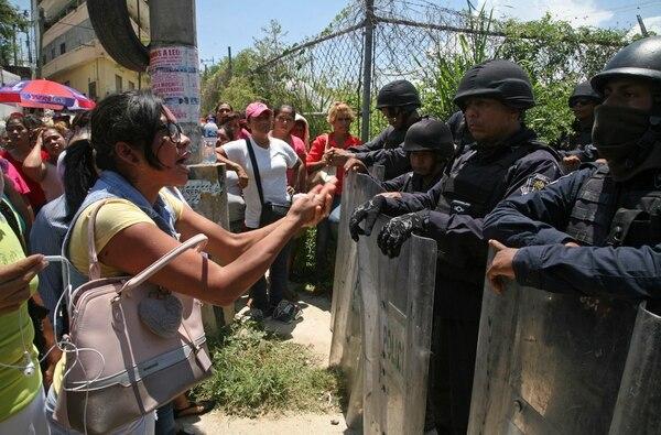 Familiares de los reos enfrentan a la Policía que resguarda el área alrededor de la prisión en Acapulco, México.