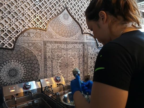 Chef Juliana Brenes al preparar el platillo anterior. Foto: Osvaldo Calderón