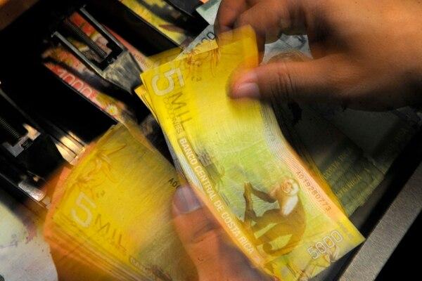 23/09/2015 Coopenae. Fotografias de transacciones de dinero y atencion al cliente en plataforma de servicios. Foto: Diana Méndez.