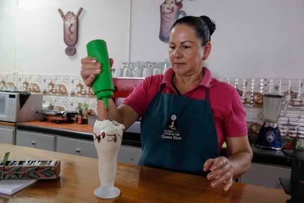 María Isabel Camacho es la barista y propietaria de la cafetería Los Santos, en San Marcos de Tarrazú. Entre su menú se encuentran especialidades de café frío como el que preparó para la entrevista. Foto: Mayela López.