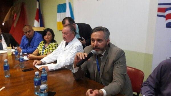 El presidente ejecutivo de la CCSS, Fernando Llorca (con el micrófono), en la asamblea de trabajadores del Hospital México, que se realiza en estos momentos en el auditorio de ese centro de salud. Foto: Unión Médica