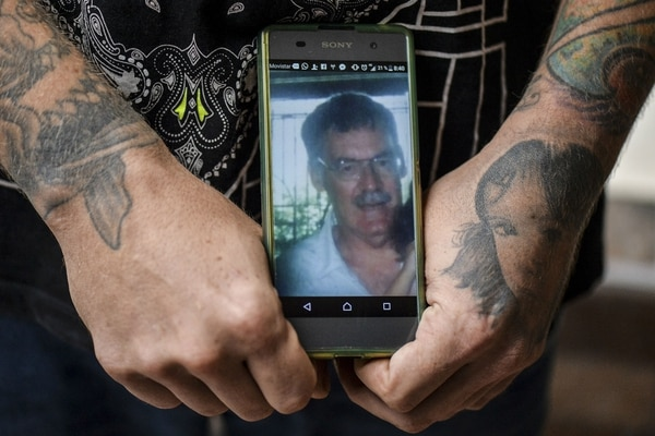 El hijo de Israel Arciniegas, Juan José Herrera (no lleva el apellido paterno) recibió las cenizas de su padre este miércoles, en Cali. Herrera, un experto tatuador, habló con su papá durante una hora por teléfono, antes de la ejecución. Israel le dijo que se iría de este mundo en paz.