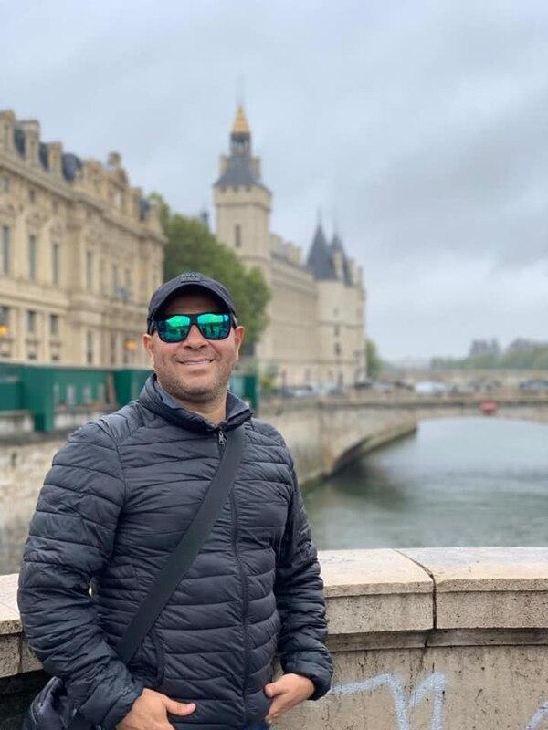 Viajar es una de las grandes pasiones de Daniel Quirós. En setiembre del año pasado él realizó un viaje de Europa (esta fotografía fue tomada en París) y dice que por año, al menos va una vez a los parques temáticos de Orlando y a Las Vegas, en Florida y Nevada, respectivamente, de Estados Unidos. Fotografía: Tomada de Facebook.