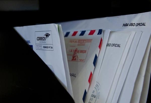 Correos de Costa Rica distribuye pasaportes, cédulas de residencia, permisos de armas, placas vehiculares, emisión de certificaciones registrales, visas americanas, notificaciones, productos de ventas por catálogo y un sin fin de mercancías que se entregan a nivel nacional e internacional, con ágiles tiempos de entrega y altos estándares de calidad.