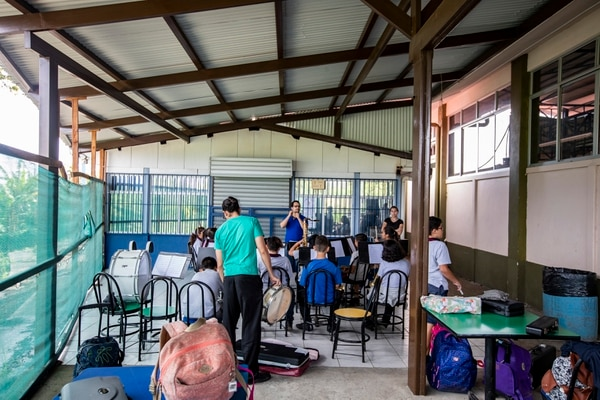 Algunos grupos deben recibir lecciones en un área del comedor. Fotografía: Alejandro Gamboa Madrigal