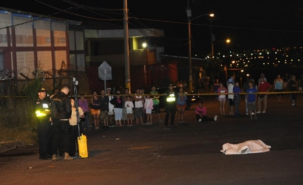 Agentes judiciales buscaron pesquisas en el sitio del crimen, ante la mirada de los vecinos. Rafael Murillo