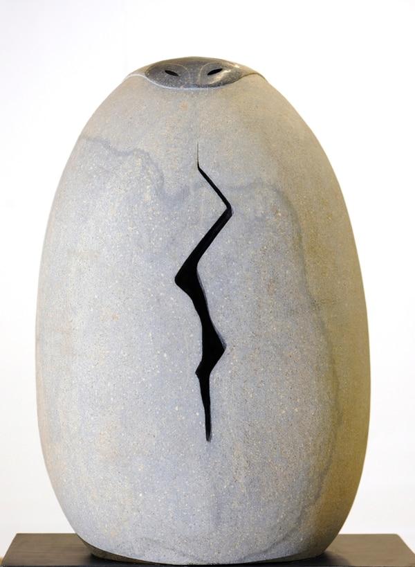 Montaña con falla geológica(2010) es una obra hecha en andesita con basalto que reflexiona sobre el daño ambiental. Fotografía: Eyleen Vargas.