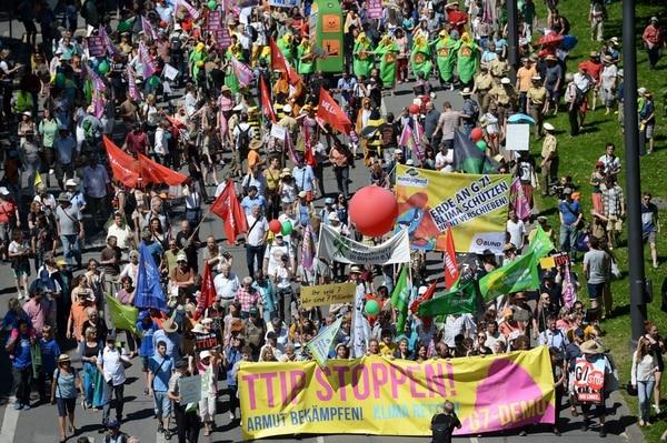 Decenas de manifestantes levantan la voz en contra de la cumbre de los líderes de las potencias industrializadas, el G7, en las calles de Múnich, Alemania.