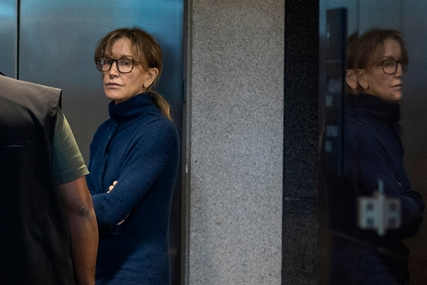 Felicity Huffman quedó en libertad tras cancelar una fianza de $250,000 y comparecer ante un tribunal federal en Los Ángeles. Fotografía: AFP
