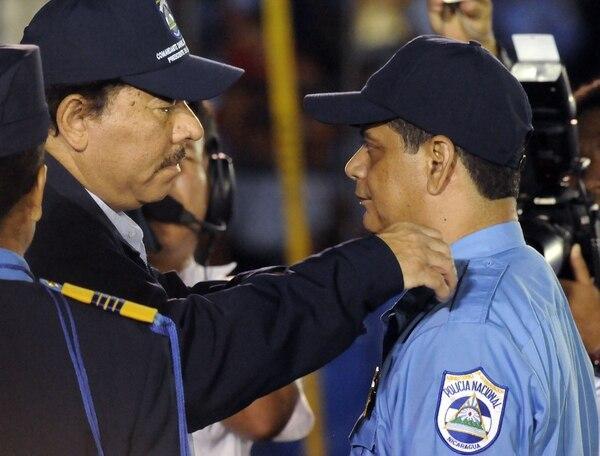 Francisco Javier Díaz (derecha) recibió el grado de comisionado general, de manos del presidente Daniel Ortega, el 5 de setiembre del 2008.
