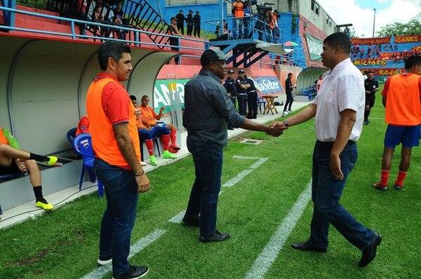 Rónald Gómez saluda a Hernán Medford en un enfrentamiento entre Malacateco y Municipal, en la última jornada del fútbol guatemalteco. Fotografía: Nuestro Diario.