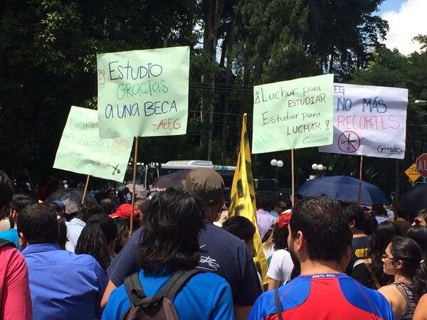 Estudiantes y profesores universitarios marchan hacia la Asamblea Legislativa.