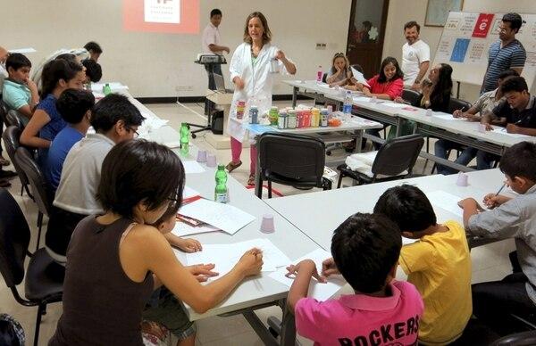Festejo.Asistentes a un taller de pintura de camisetas con motivo de la celebración del Día del Español en el Instituto Cervantes de Nueva Delhi.EFE.
