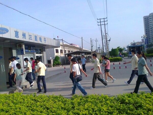 Imagen tomada por inspectores de CLW en la entrada de una fábrica de Samsung en Huizhou (China), en el marco de un reporte del 2013 sobre el repunte de suicidios por salto desde edificios de la compañía.