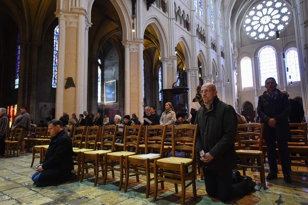 Feligreses católicos rezaban este miércoles 17 de abril del 2017 en la catedral de Notre Dame de Chartres, en la ciudad homónima sita en el oeste de Francia.