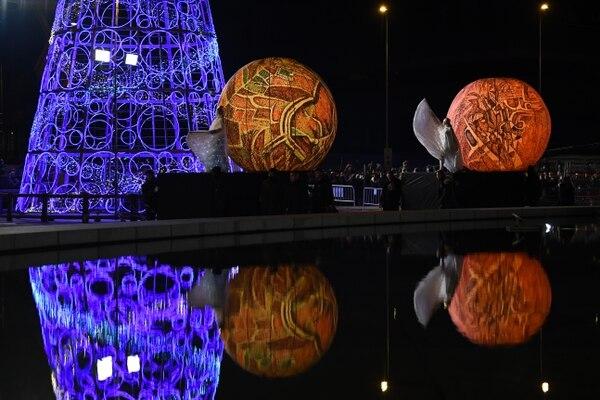 Durante el recorrido, los asistentes pudieron observar una serie de espectáculos que brindaron actores, bailarines y acróbatas. Foto: AFP