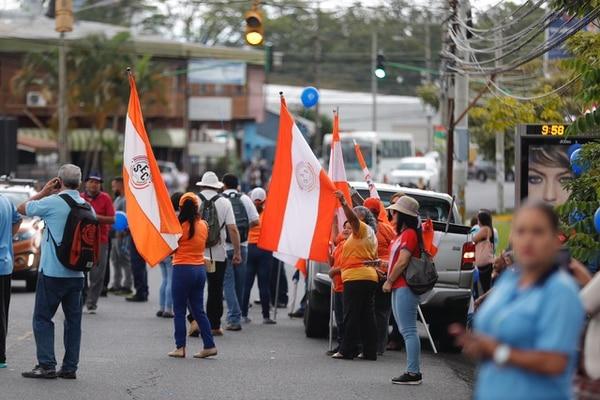 21 de setiembre del 2018. Un grupo de huelguistas se manifiestan, la mañana este viernes, en las afueras de la Casa Presidencial, en Zapote. Foto: José Cordero