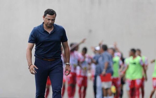 Jeaustin Campos se lamenta, tras el tercer gol de los santistas.