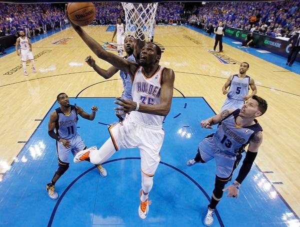 Kevin Durant anota dos de los 33 puntos que registró anoche, en el sétimo juego de la serie contra Grizzlies. | AP