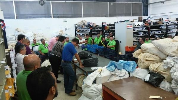 En total 32 carteros y ocho funcionarios administrativos del Centro de Carteros de Zapote mantienen un paro de labores por la falta de personal para entregar paquetes provenientes de China.