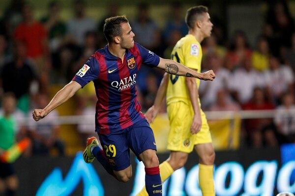 Sandro Ramírez comienza el festejo tras anotar para Barcelona ante Villarreal este domingo el gol del triunfo del equipo culé en calidad de visitante.