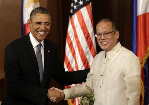 El presidente de Estados Unidos, Barack Obama, se reunió ayer con el mandatario filipino, Benigno Aquino, tras su llegada al Centro de Aviación en Manila, FIlipinas. Ambos firmaron un acuerdo en materia de defensa. | EFE