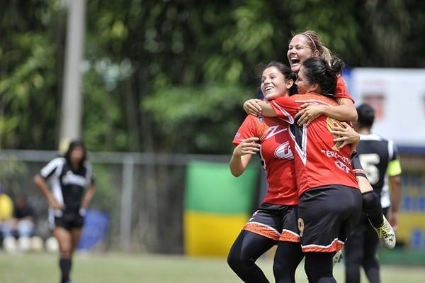 Las florenses celebran uno de sus tantos goles de ayer ante Carrillo, entre ellas está Jacqueline Álvarez (arriba), que anotó dos. | RAFAEL MURILLO PARA LN