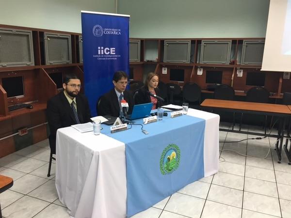 Rudolf Lüke, José A. Cordero y Gabriela González, del Instituto e Investigaciones en Ciencias Económicas (IICE), presentaron los pronósticos de la economía y las expectativas de los empresarios.