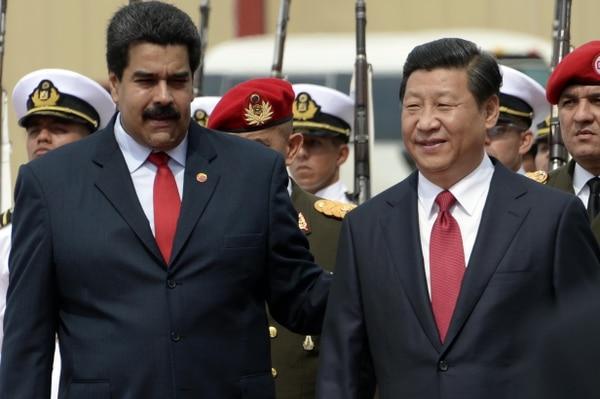 El presidente de Venezuela, Nicolás Maduro (izq) recibe a su par de China, Xi Jinping, en Caracas.