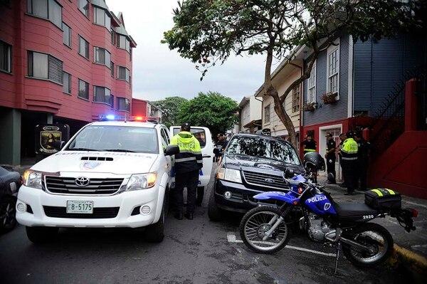Cerca del INVU en barrio Amón, oficiales de la delegación de El Carmen, detuvieron a los sospechosos de disparar a bordo de un Ford.